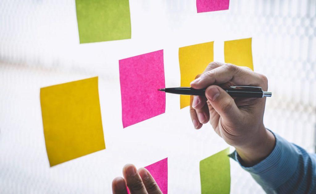Post-it na reunião de brainstorming