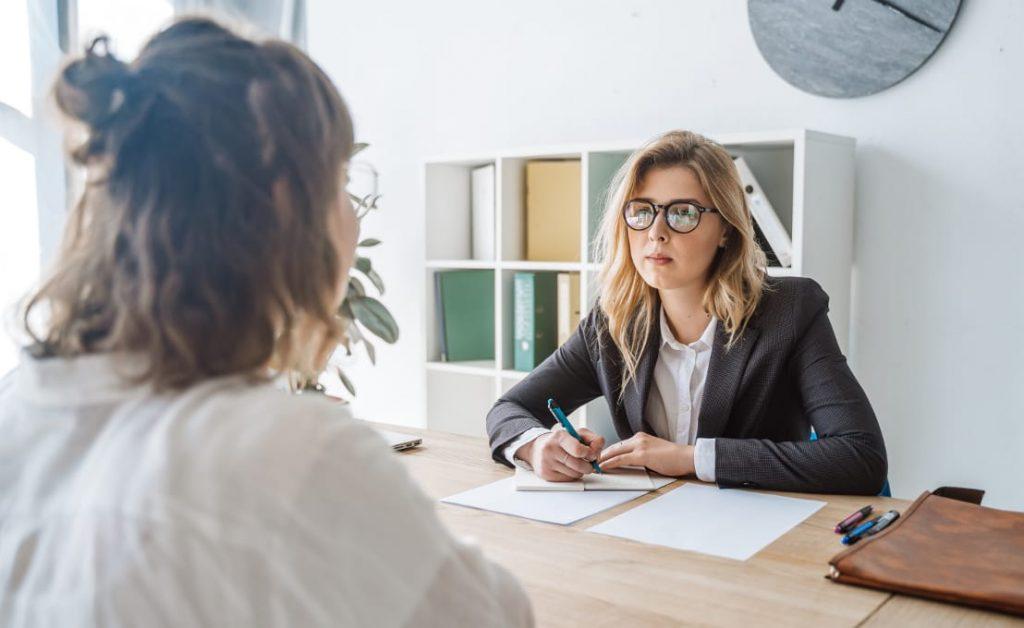 Recrutador durante entrevista de emprego