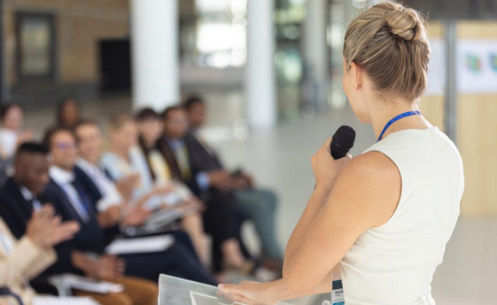 Palestrante durante apresentação