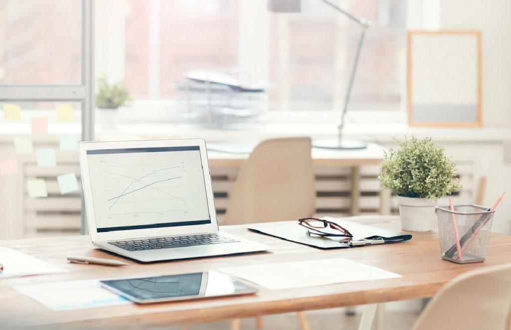 Mesa organizada e limpa