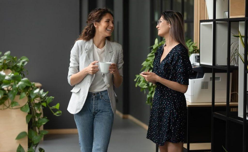 colegas de trabalho durante pausa para o café