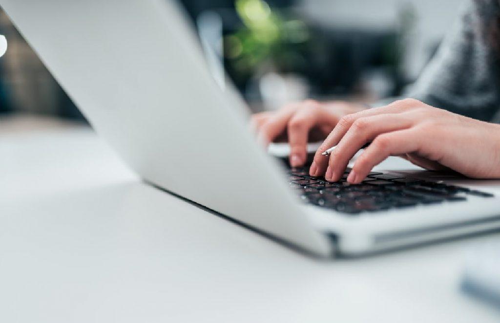 profissional escrevendo em seu blog pessoal