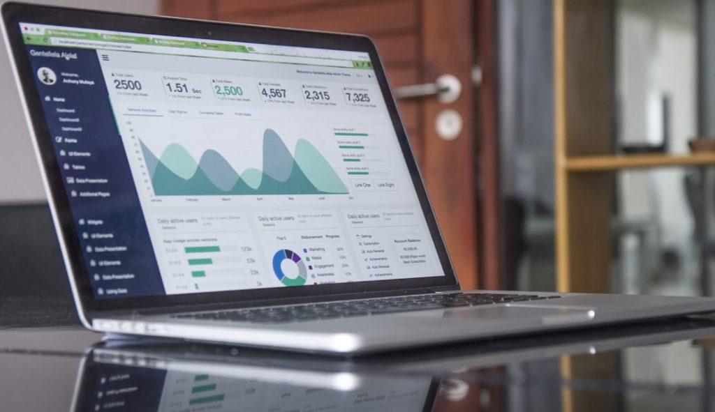 Imagem de computador mostrando dashboard com KPIs